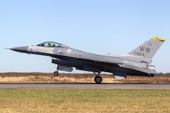 Enig falk för stridighet för Staes flygvapenU.S.A.F. Lockheed F-16CJ 90-0824 från den 14th kämpeskvadronen, 35th kämpevinge på Mi royaltyfria bilder