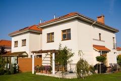 Enig familiehuis in heldere kleur Royalty-vrije Stock Fotografie