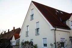 Enig familiehuis in München, blauwe hemel, witte voorgevel Royalty-vrije Stock Afbeelding