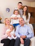 Enig familj i vardagsrum Fotografering för Bildbyråer