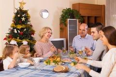 Enig familj på den festliga tabellen Arkivbilder