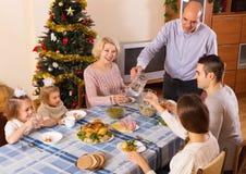 Enig familj på den festliga tabellen Royaltyfri Fotografi