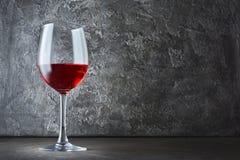 Enig glas rode wijn voor het proeven in donkere kelder met exemplaarruimte royalty-vrije stock foto