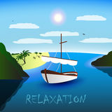 A enig-masted zeilboot in de mooie baai Strand, palmen en overzees Blauwe hemel, witte wolken, zeemeeuwen Ontspanning Royalty-vrije Stock Foto
