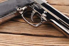 Enig metaal en glanzend pistool stock fotografie