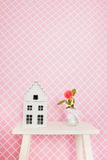 Enig nam in roze binnenland toe Stock Afbeelding