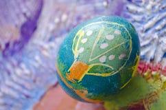 Enig paasei met mooi kleuren abstract die beeld, op gekleurde geweven achtergrond wordt geïsoleerd Kinderen het schilderen Royalty-vrije Stock Foto