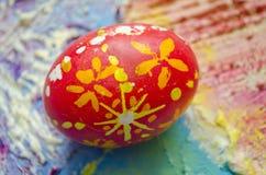 Enig paasei met mooi kleuren abstract patroon, op gekleurde geweven achtergrond Stock Afbeeldingen