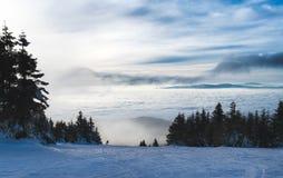 Enig skiërsilhouet bij piste Royalty-vrije Stock Afbeeldingen