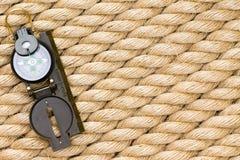 Enig zeevaartkompas over dikke kabelachtergrond royalty-vrije stock afbeeldingen