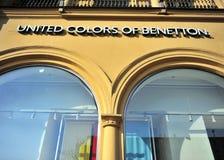 Eniga färger av den Benetton logoen i Moskva royaltyfria foton