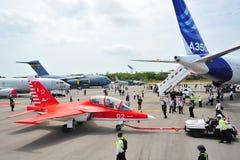 Eniga Flygplan Korporation (UAC) Yak-130 som in bogseras för att parkera på Singapore Airshow Royaltyfria Foton