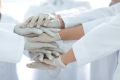Eniga händer av slutet för medicinskt lag upp Royaltyfri Foto