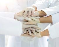 Eniga händer av slutet för medicinskt lag upp Arkivfoto