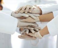 Eniga händer av slutet för medicinskt lag upp Royaltyfria Bilder