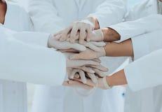 Eniga händer av slutet för medicinskt lag upp Arkivfoton