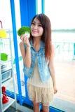 Enige Aziatische jonge vrouw royalty-vrije stock foto's