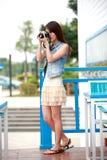 Enige Aziatische jonge vrouw met camera stock foto's