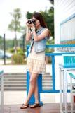 Enige Aziatische jonge vrouw met camera royalty-vrije stock afbeelding