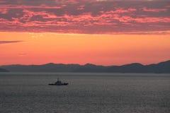 Enige boot bij zonsondergang in Japan Stock Foto's