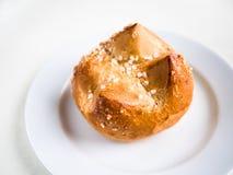 Enige brioche, Frans broodje op een witte plaat en achtergrond Stock Afbeelding