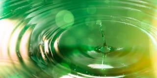 Enige daling tegen groen Stock Foto's