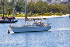 Enige die boot bij de Gouden Kust wordt vastgelegd royalty-vrije stock afbeeldingen