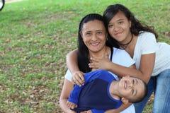 Enige etnische moeder met twee jonge geitjes royalty-vrije stock afbeeldingen