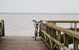 Enige fiets die tegen een traliewerk leunen stock afbeelding