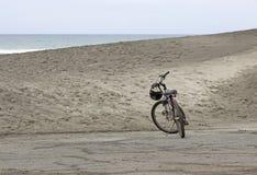 Enige Fiets op Sandy Beach Dune Royalty-vrije Stock Foto
