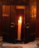 Enige kaars en open deur Royalty-vrije Stock Afbeeldingen