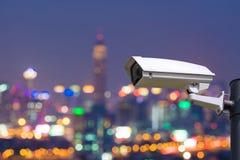 Enige kabeltelevisie-Veiligheidscamera op Vage nachtstad van de binnenstad Stock Afbeeldingen