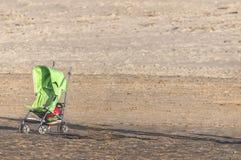 Enige kinderwagen op het strand royalty-vrije stock afbeelding