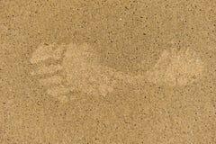 Enige linkervoetafdruk in zand met bellen Stock Afbeeldingen