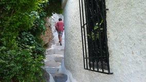 enige mens die smalle straten van plaka, Athene, Griekenland, 4k lopen stock footage