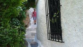 enige mens die smalle straten van plaka, Athene, Griekenland, 4k lopen stock videobeelden
