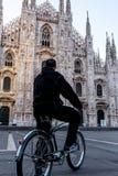 Enige mens op fiets die zich alleen voor Milaan ` s Cathedr bevinden Royalty-vrije Stock Afbeeldingen