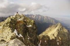 Enige mensentribunes bovenop een berg Tatry Rysy Stock Afbeeldingen