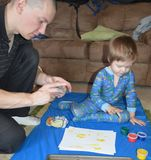Enige papa en zoon die 2 fingerpainting Stock Fotografie