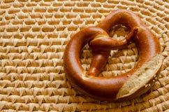 Enige pretzel op een geweven dienend dienblad Stock Foto's