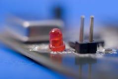 Enige rode diode op elektronische kringsraad Stock Foto