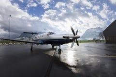 Enige schroefturbinevliegtuigen Pilatus PC-12 in hangaar Stans, Zwitserland, 29 November 2010 Royalty-vrije Stock Foto's