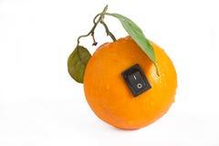 Enige sinaasappel met schakelaar in macht van positie inzake witte backgr Royalty-vrije Stock Afbeelding