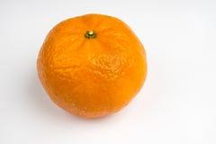 Enige sinaasappel op een witte achtergrond Stock Foto