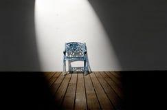 Enige stoel in lege ruimte Stock Afbeeldingen