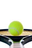 Enige tennisbal die onderaan het handvat kijkt Royalty-vrije Stock Foto's