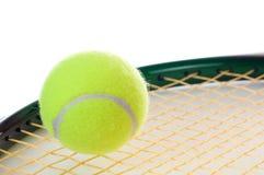 Enige tennisbal op een racket Royalty-vrije Stock Afbeeldingen