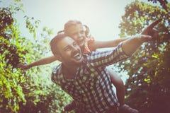 Enige vader op weide met zijn dochter Stock Fotografie