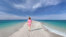 Enige vrouw op open lege lange kust als spiritualiteitconcept Stock Afbeelding