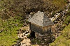 Enige wattermolen bij dorp Umoljani Stock Foto